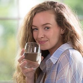 dziewczyna pijąca wodę